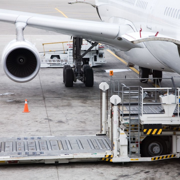 3 Reasons to Work with an Air Freight Forwarder To Cut Your Shipping
